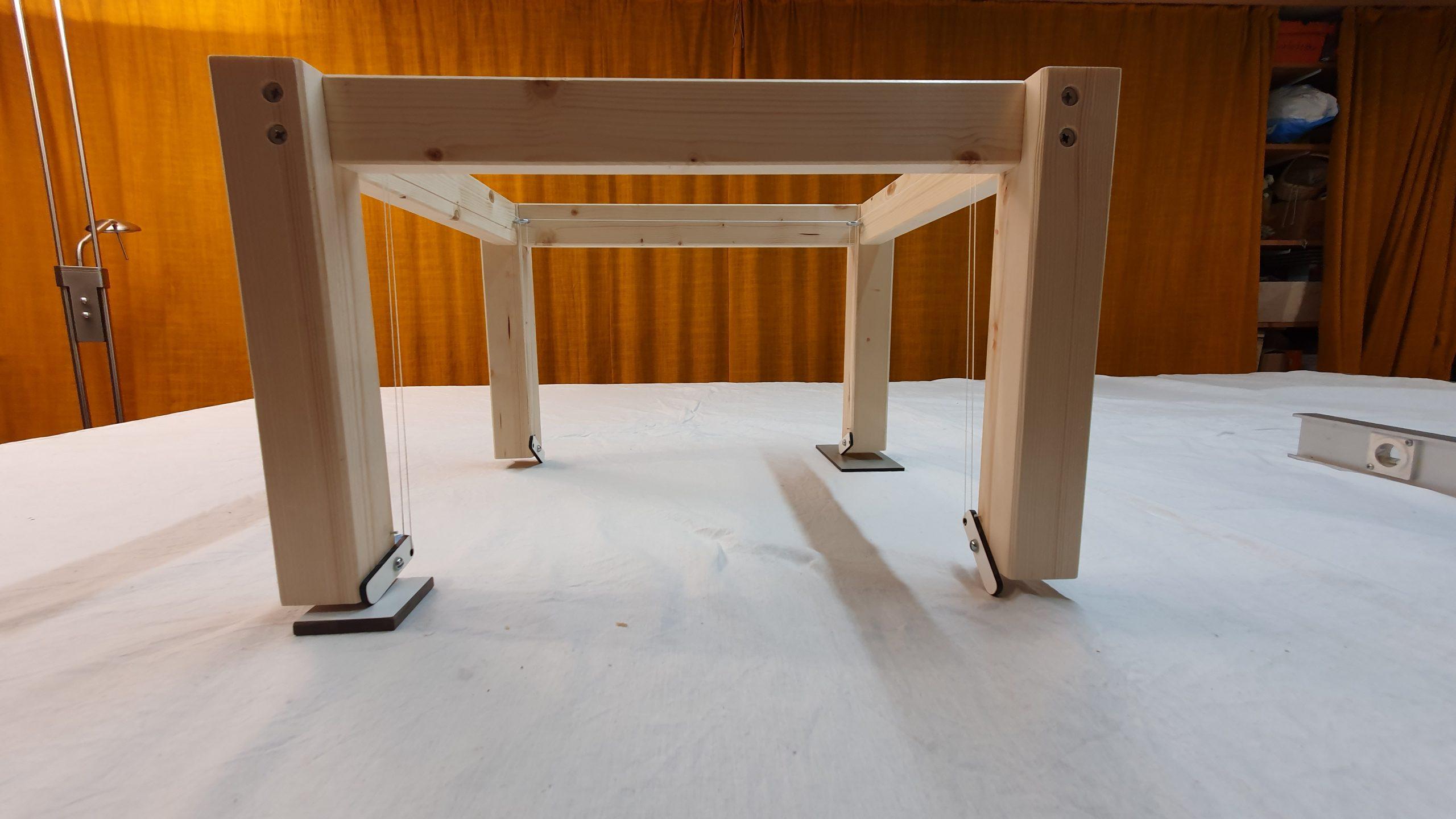 Tischgestell mit Seilverbindungen